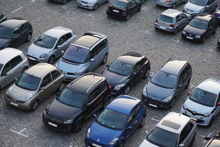 Jak się zachować po stłuczce na parkingu? Spisz oświadczenie, poczekaj na kierowcę, ewentualnie zostaw swoje dane.