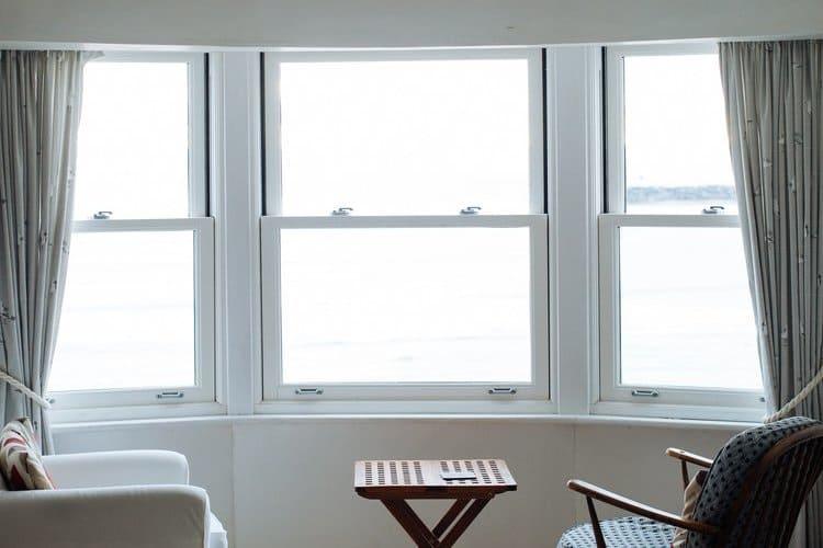 Ubezpieczenie szyb w mieszkaniu chroni na wypadek zniszczenia i stłuczenia szyby i przedmioty szklane.