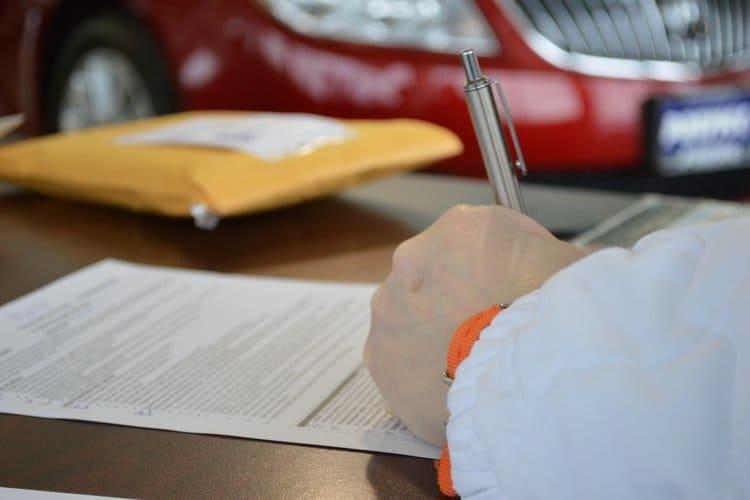 Inny właściciel auta to też inne zniżki – upewnij się, czy towarzystwo nie podniesie ceny poprzez rekalkulację składki.