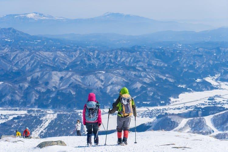 Ubezpieczenie na narty to nie tylko NNW. Na wyjazd za granicę pamiętaj o zakupie ubezpieczenie kosztów leczenia.